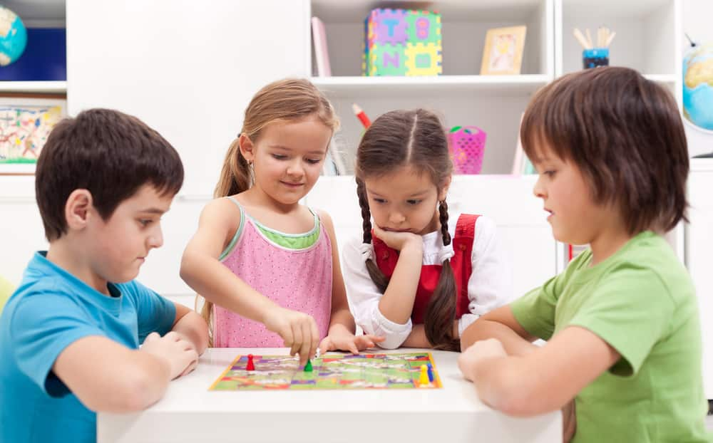 Niños con juegos de mesa en casa