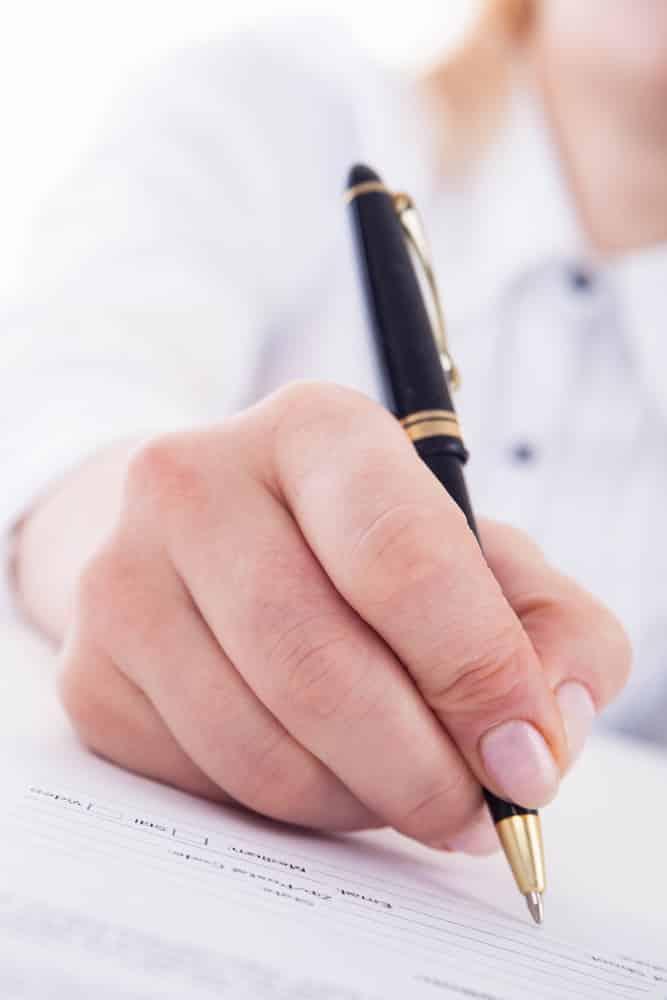 Mujer rellenando formulario